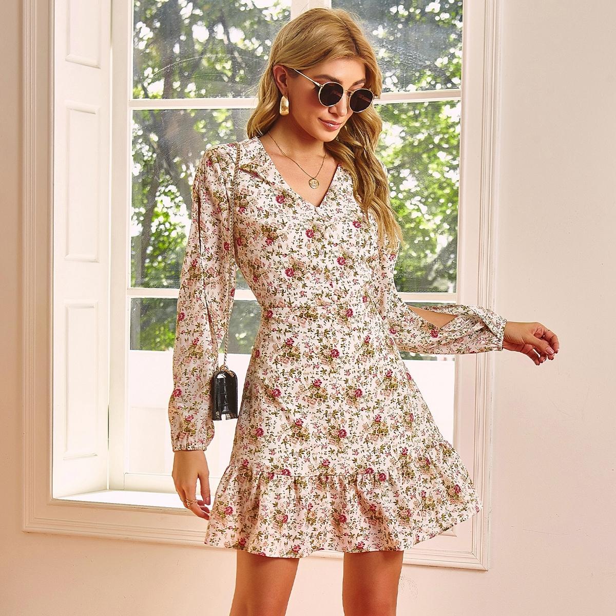 Платье с цветочным принтом и разрезным рукавом