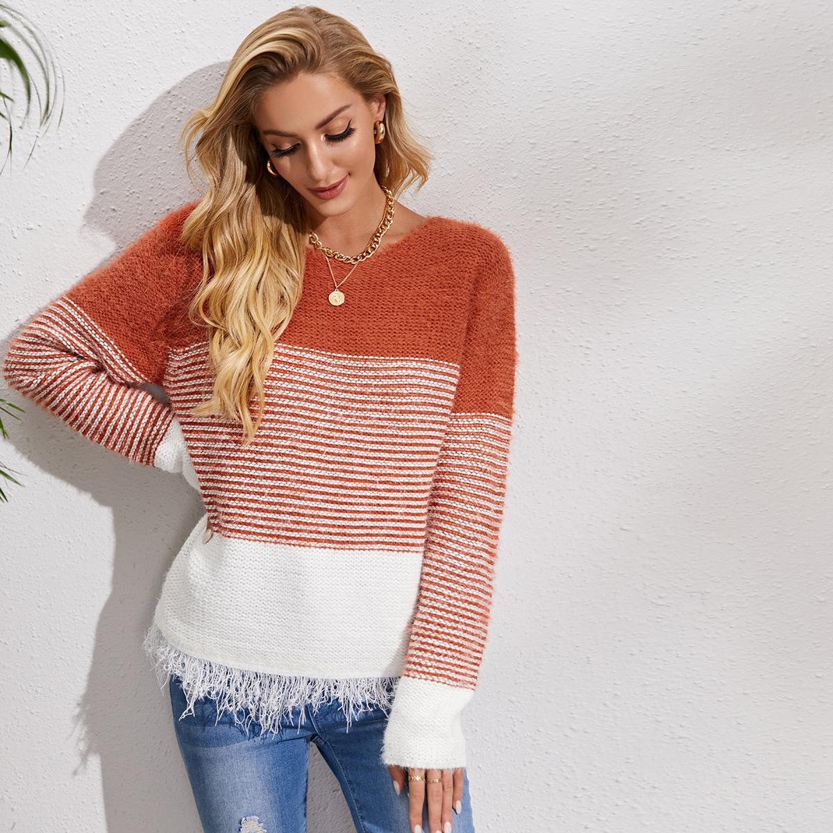 Контрастный плюшевый свитер в полоску