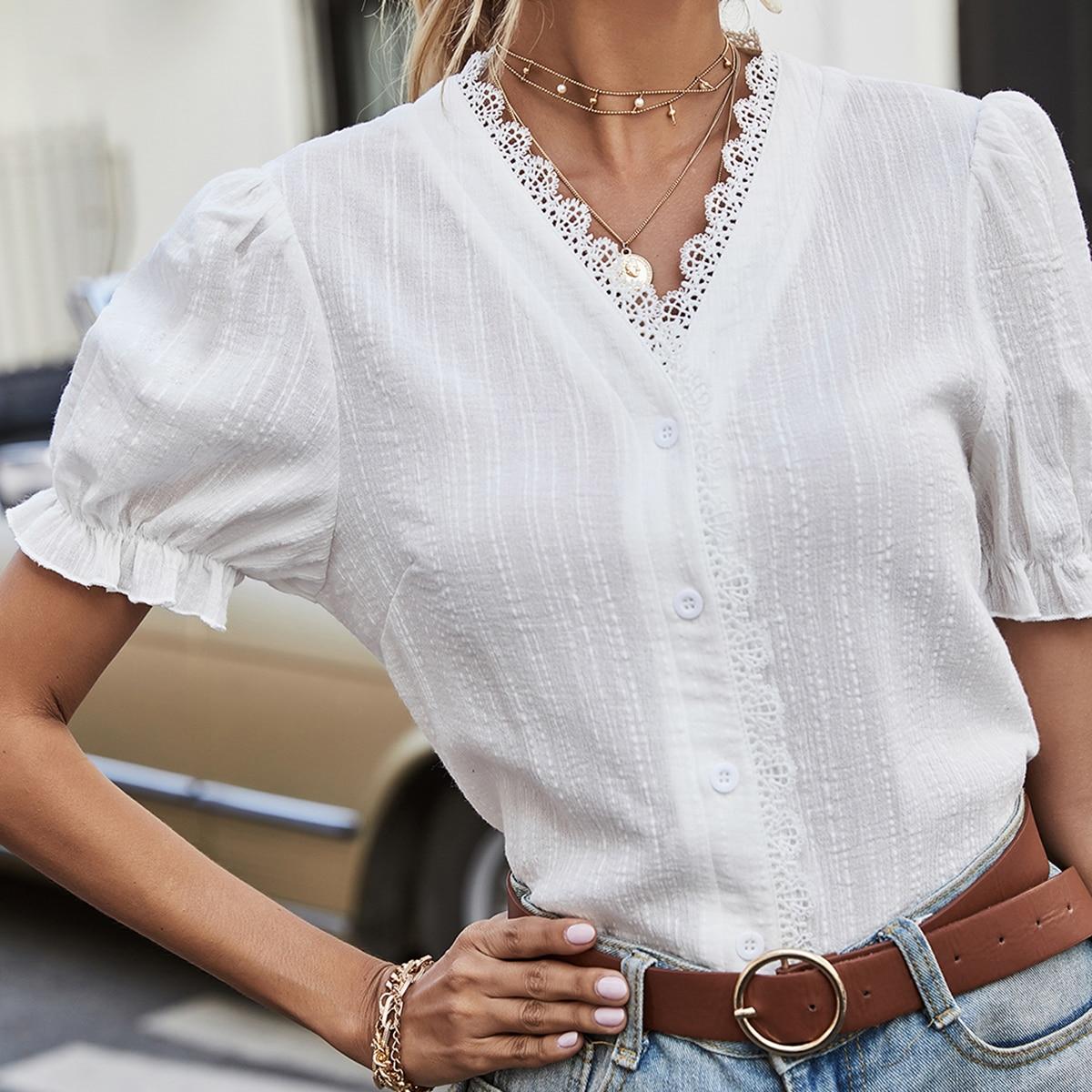 Блузка с пышным рукавом и кружевной отделкой
