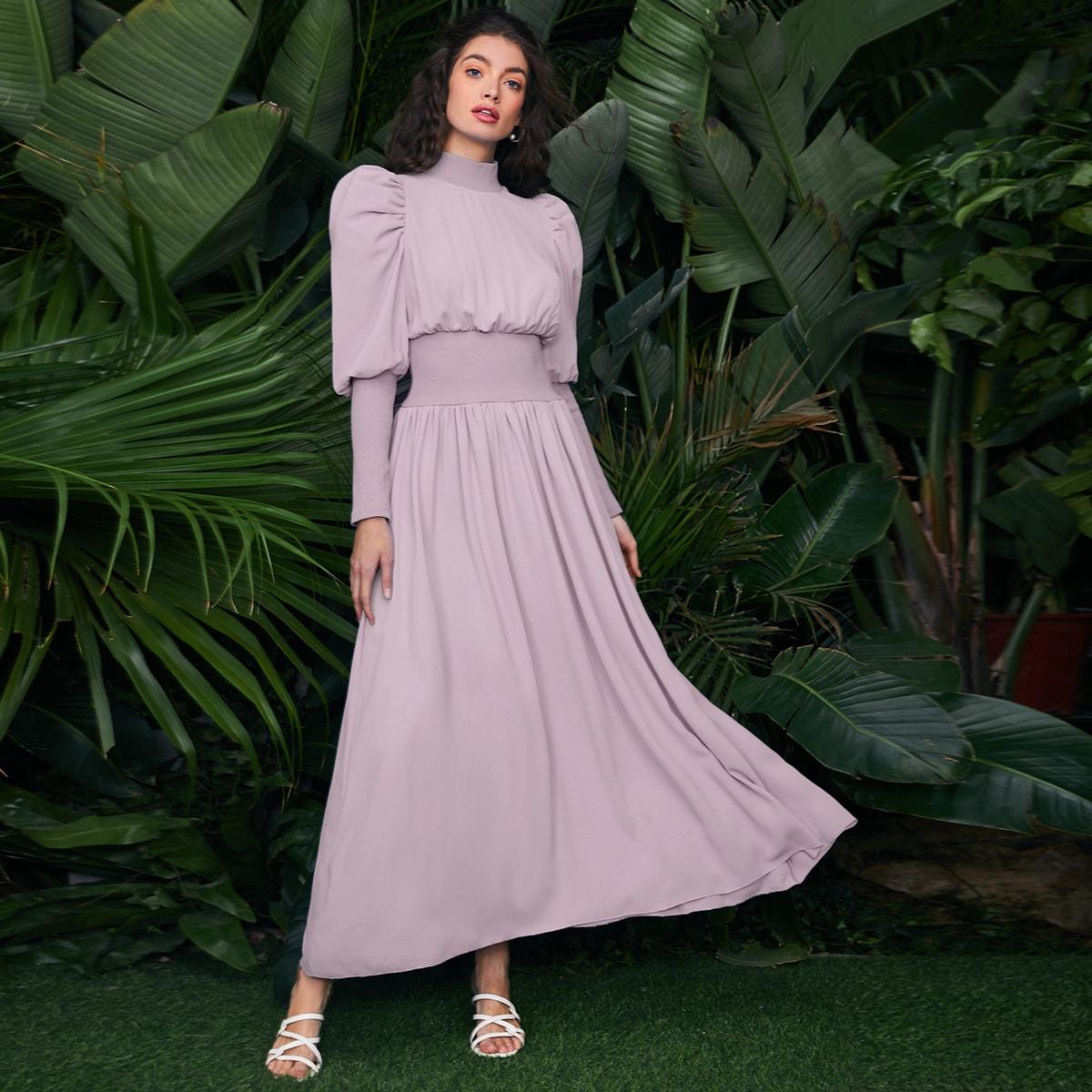 Однотонное платье с воротником-стойкой по цене 1 890