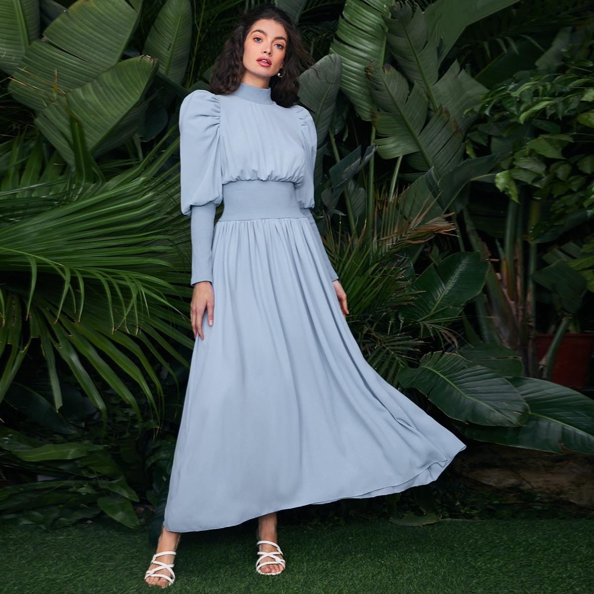 Однотонное платье с воротником-стойкой по цене 1 840