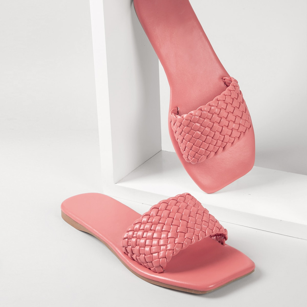 Плетеные тапочки из искусственной кожи с квадратным носком