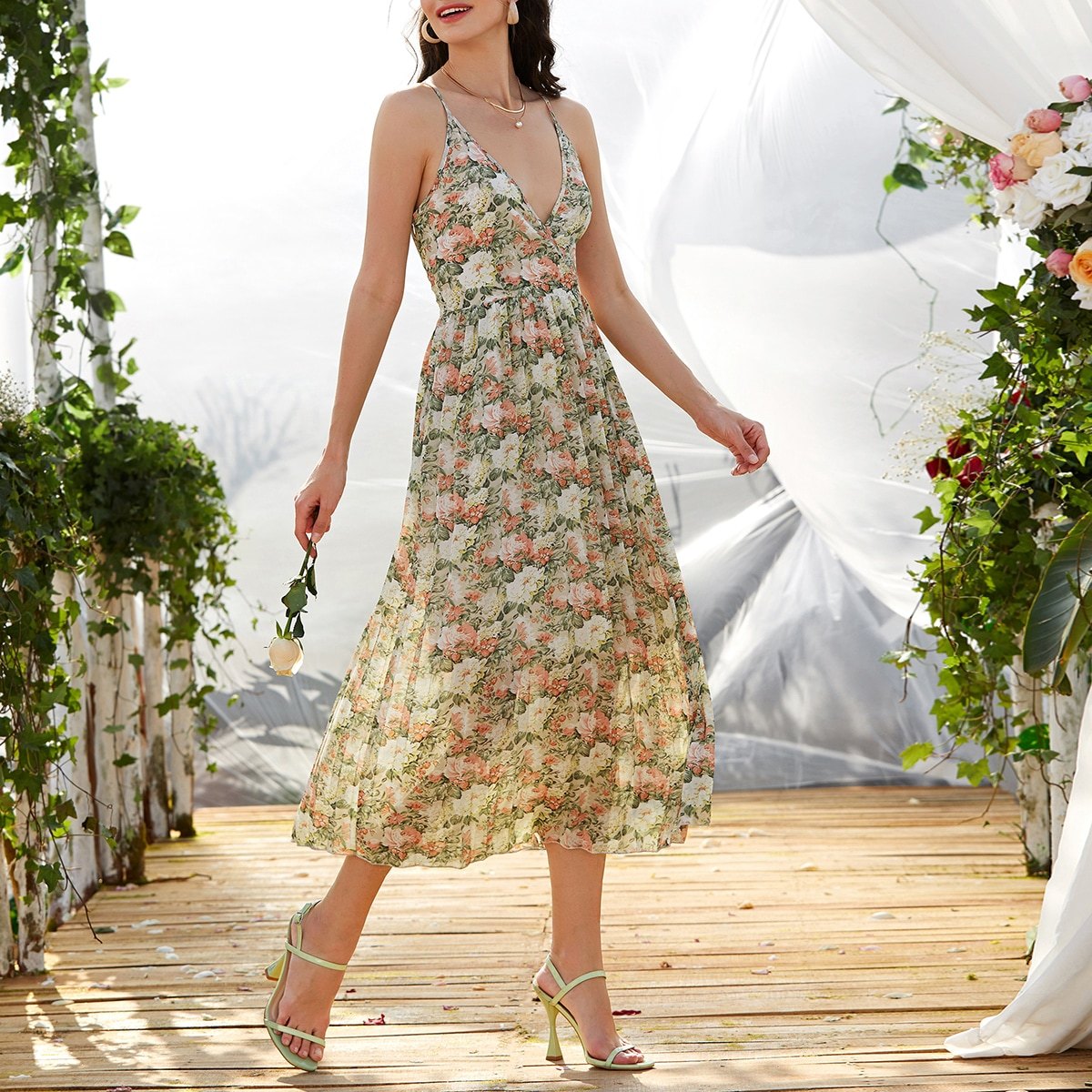 Платье на бретельках с цветочным принтом
