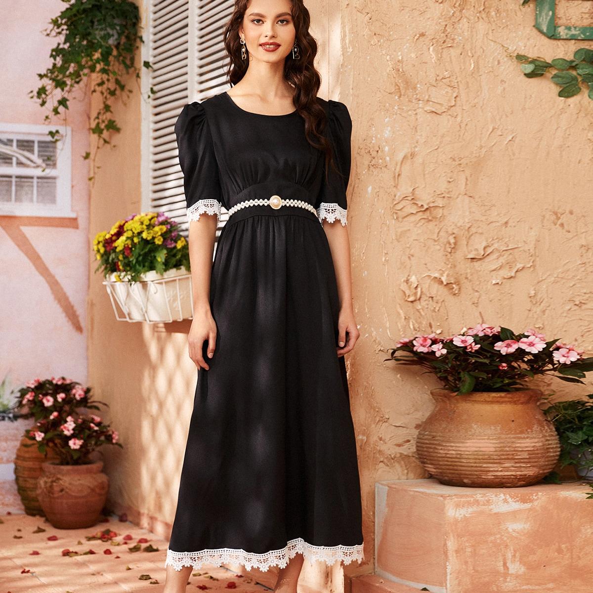 Длинное платье с пышным рукавом и отделкой крючком