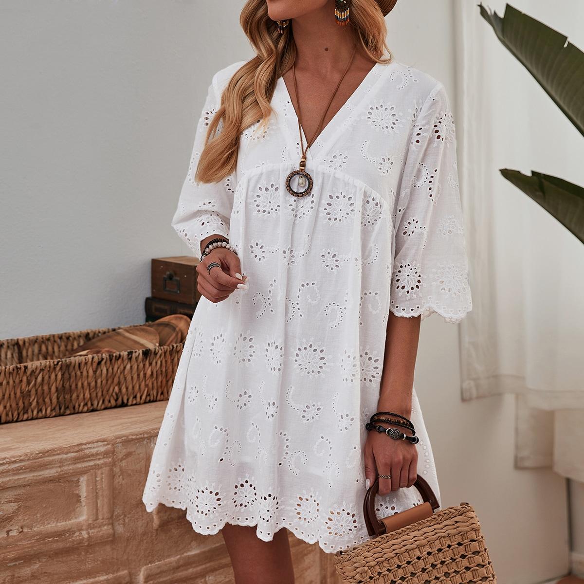 Платье с v-образным воротником и ажурной вышивкой