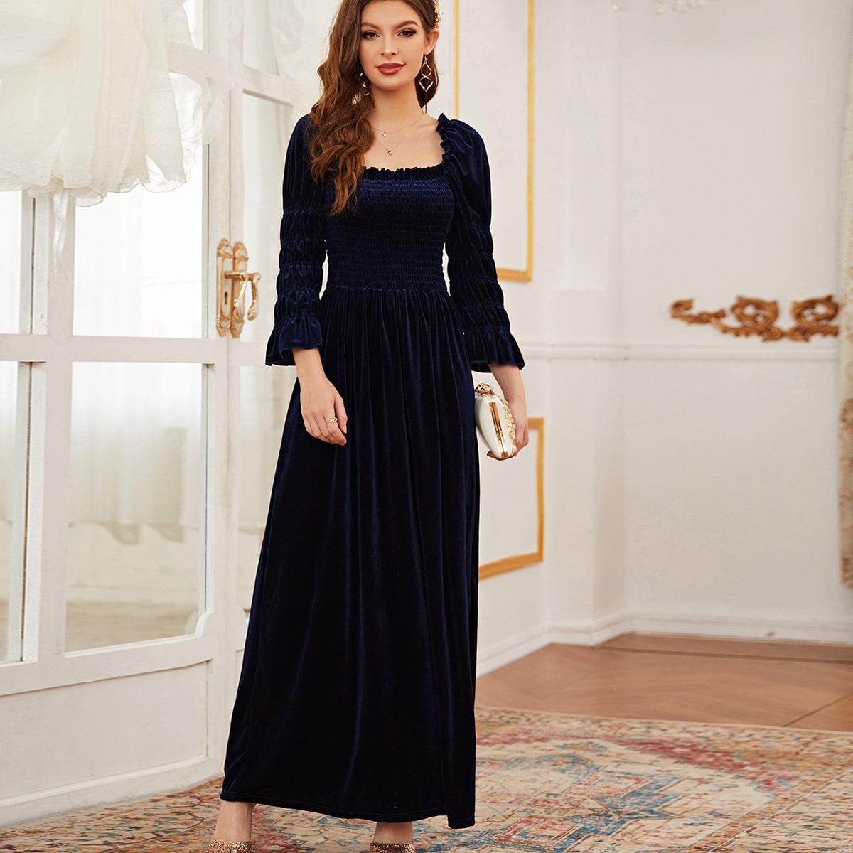 Бархатное платье с пышными рукавами