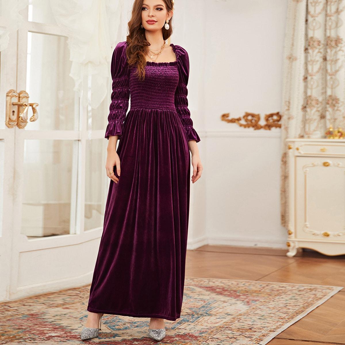 Бархатное платье с пышным рукавом и квадратным воротником