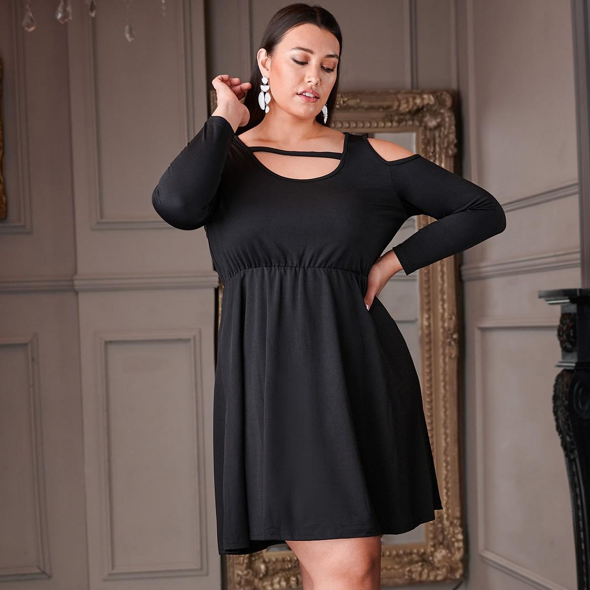 Однотонное расклешенное платье с открытыми плечами размера плюс