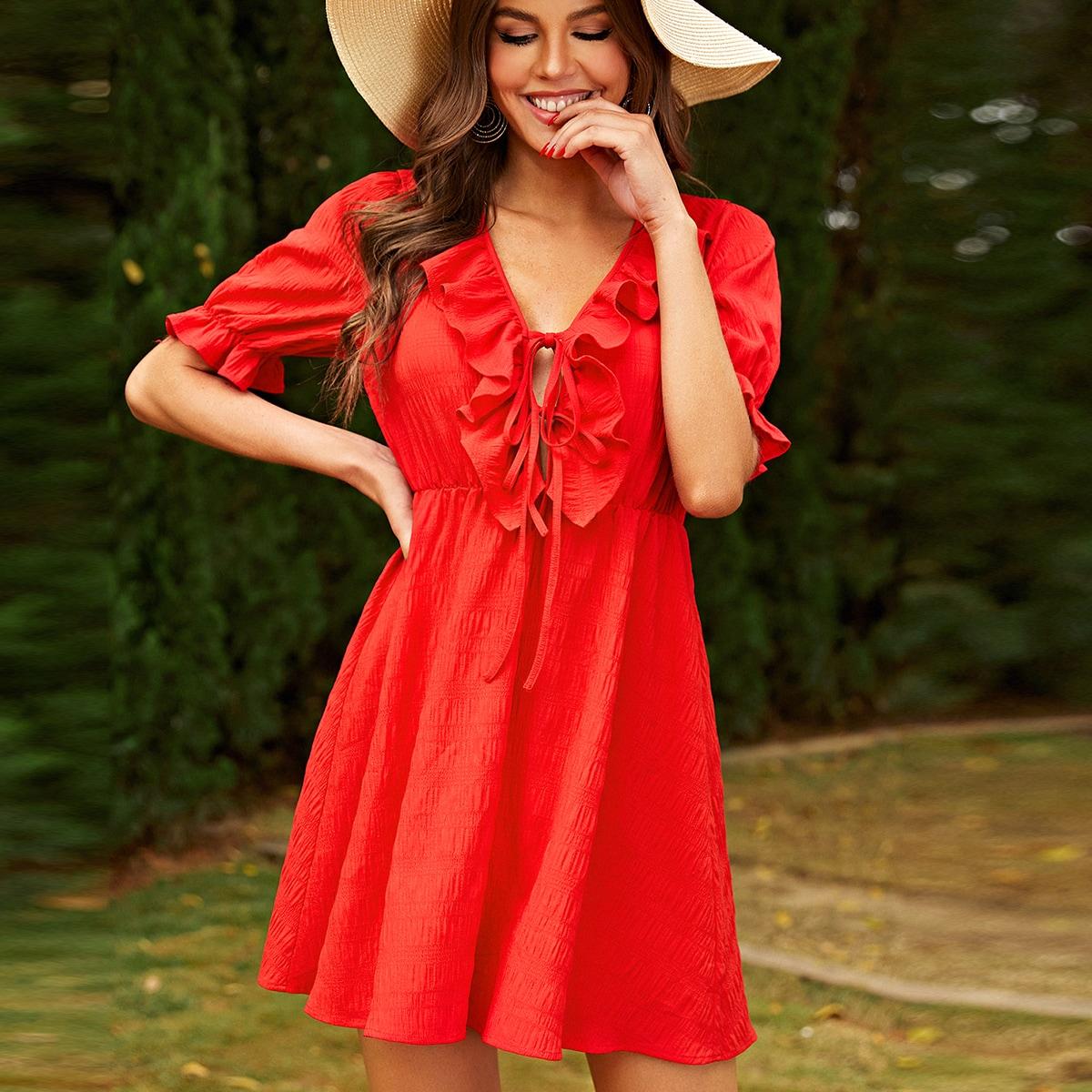Однотонное платье с узлом и оборкой