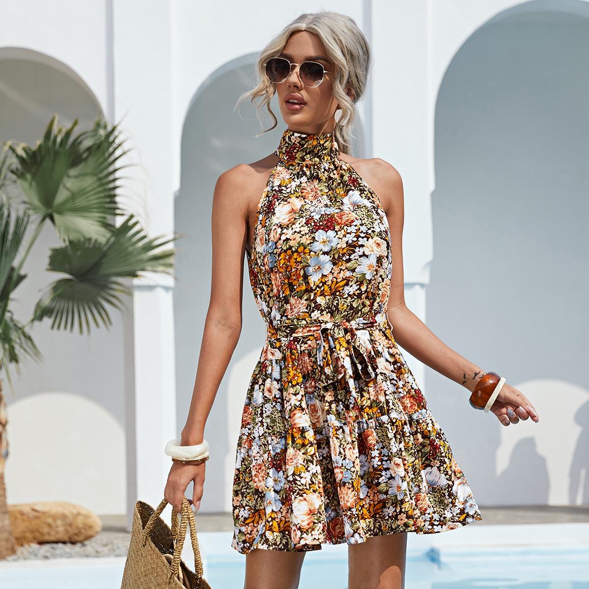 Платье с цветочным принтом и поясом по цене 720
