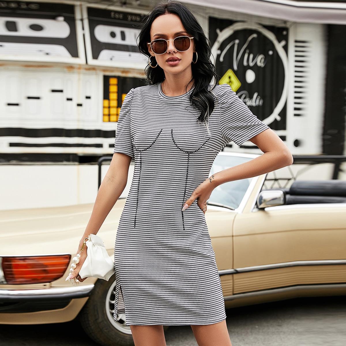 Облегающее платье с пышным рукавом и узором