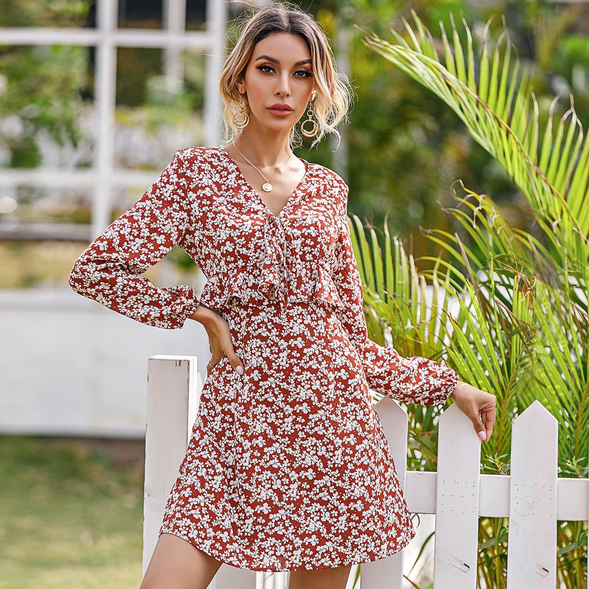 Платье с цветочным принтом, оборкой и узлом