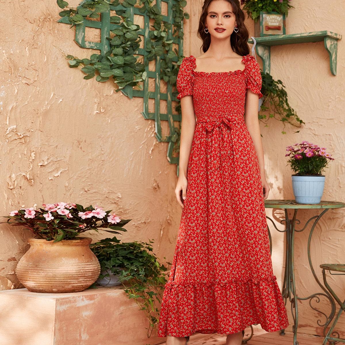Цветочное платье с поясом и складкой