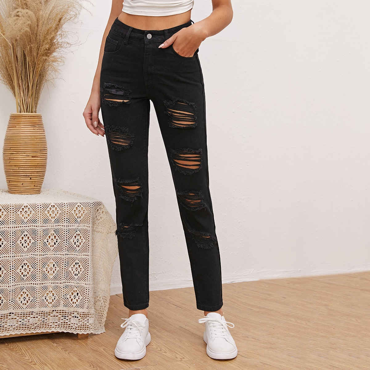 Рваные короткие джинсы с высокой талией