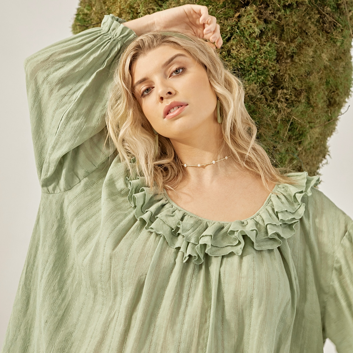 Многослойное платье размера плюс с оборкой и рукавами-фонариками без пояса