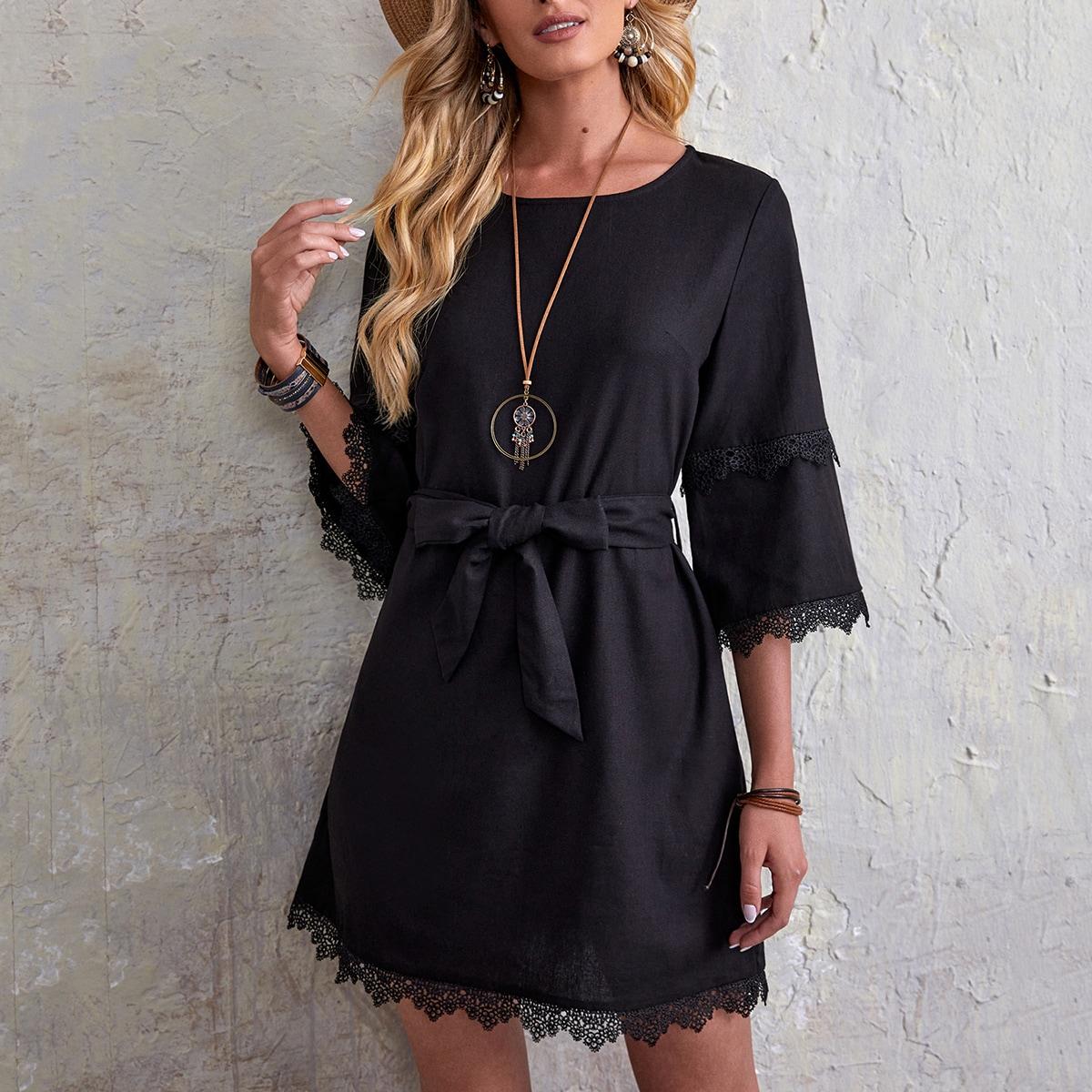 Платье с поясом и кружевной отделкой