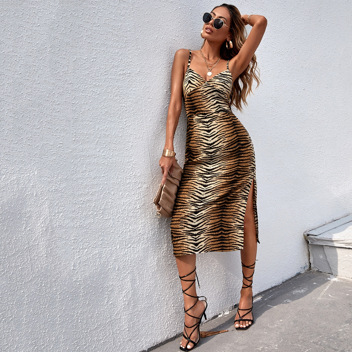 Платье на бретельках с тигровым принтом по цене 840
