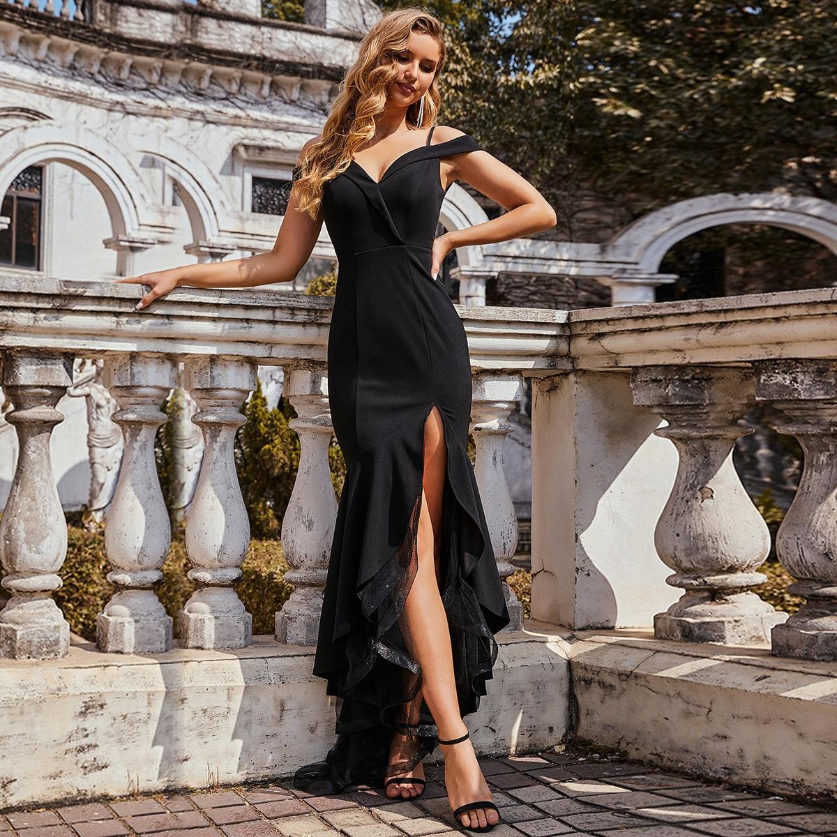 Платье с сетчатым низом, открытыми плечами и разрезом