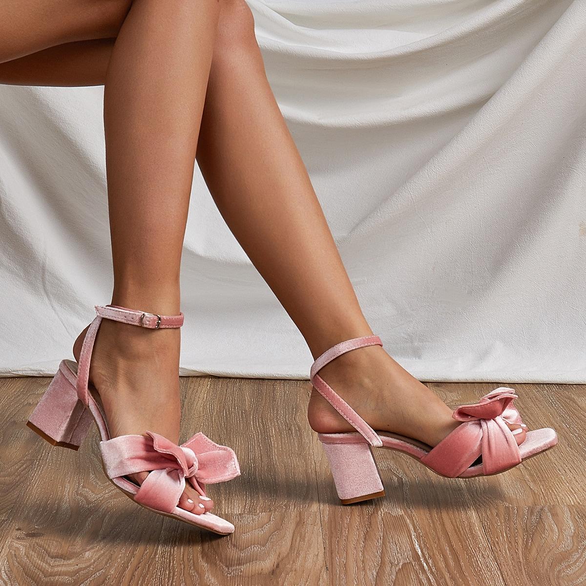Бархатные сандалии с массивным каблуком и бантом