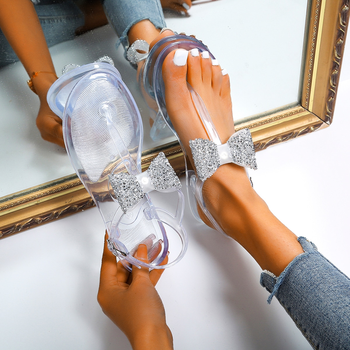 Прозрачные сандалии с бантом и стразами