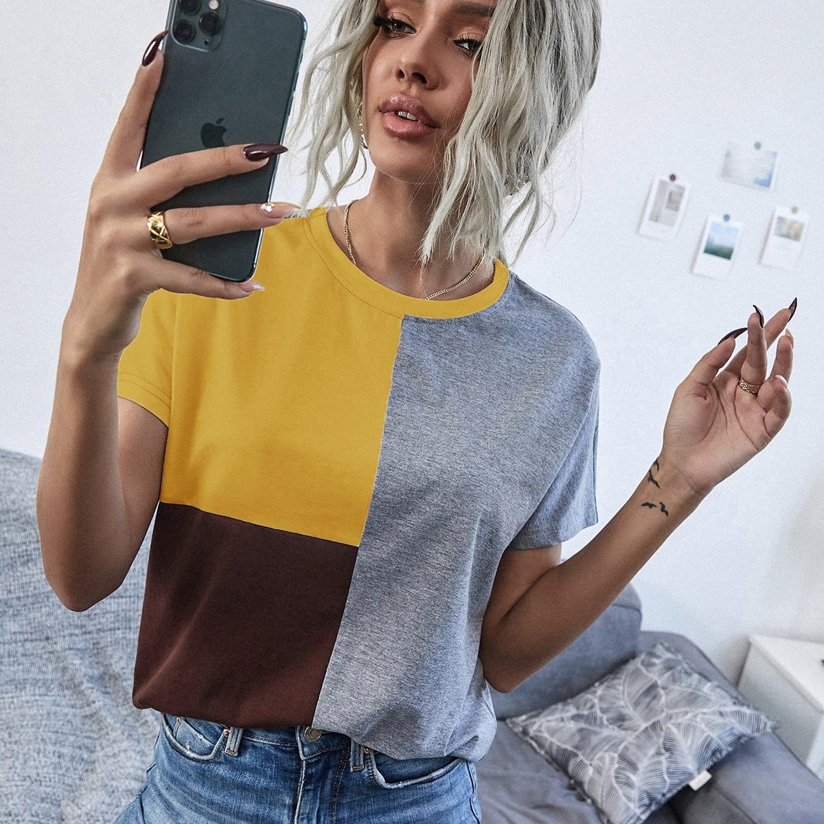 Контрастная футболка с оригинальным рукавом по цене 560