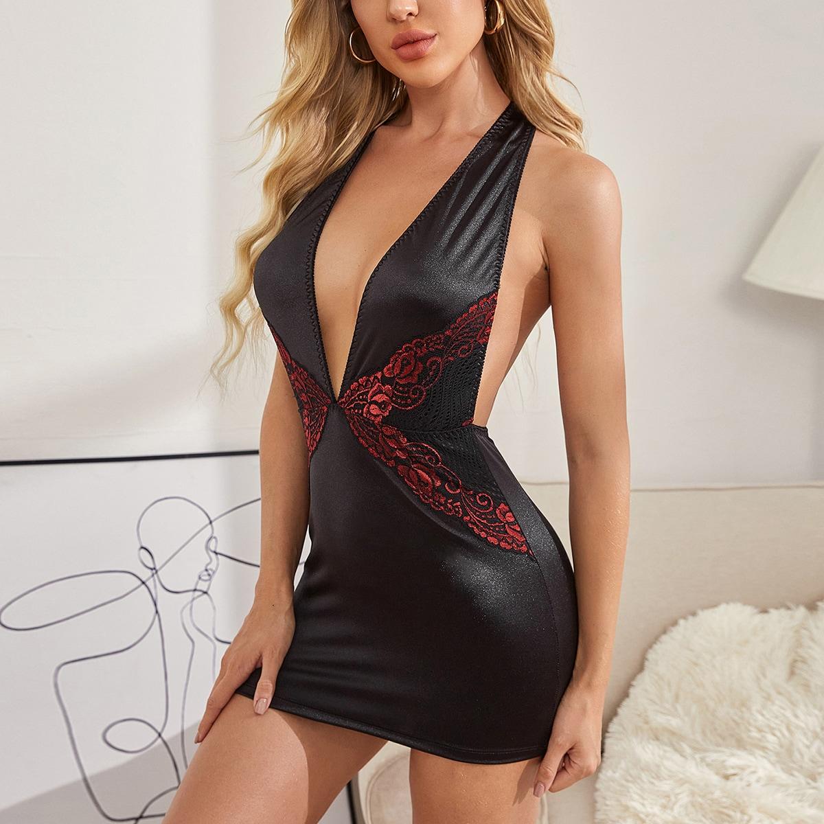 Платье с круглым воротником и кружевом