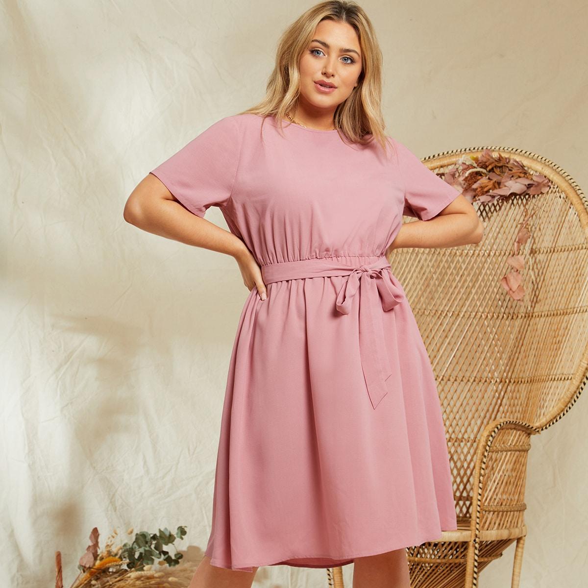 Однотонное платье размера плюс с поясом по цене 1 016