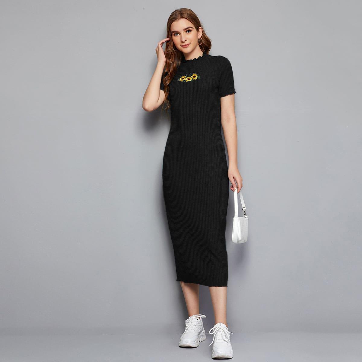 Вязаное платье в рубчик с цветочной вышивкой по цене 760