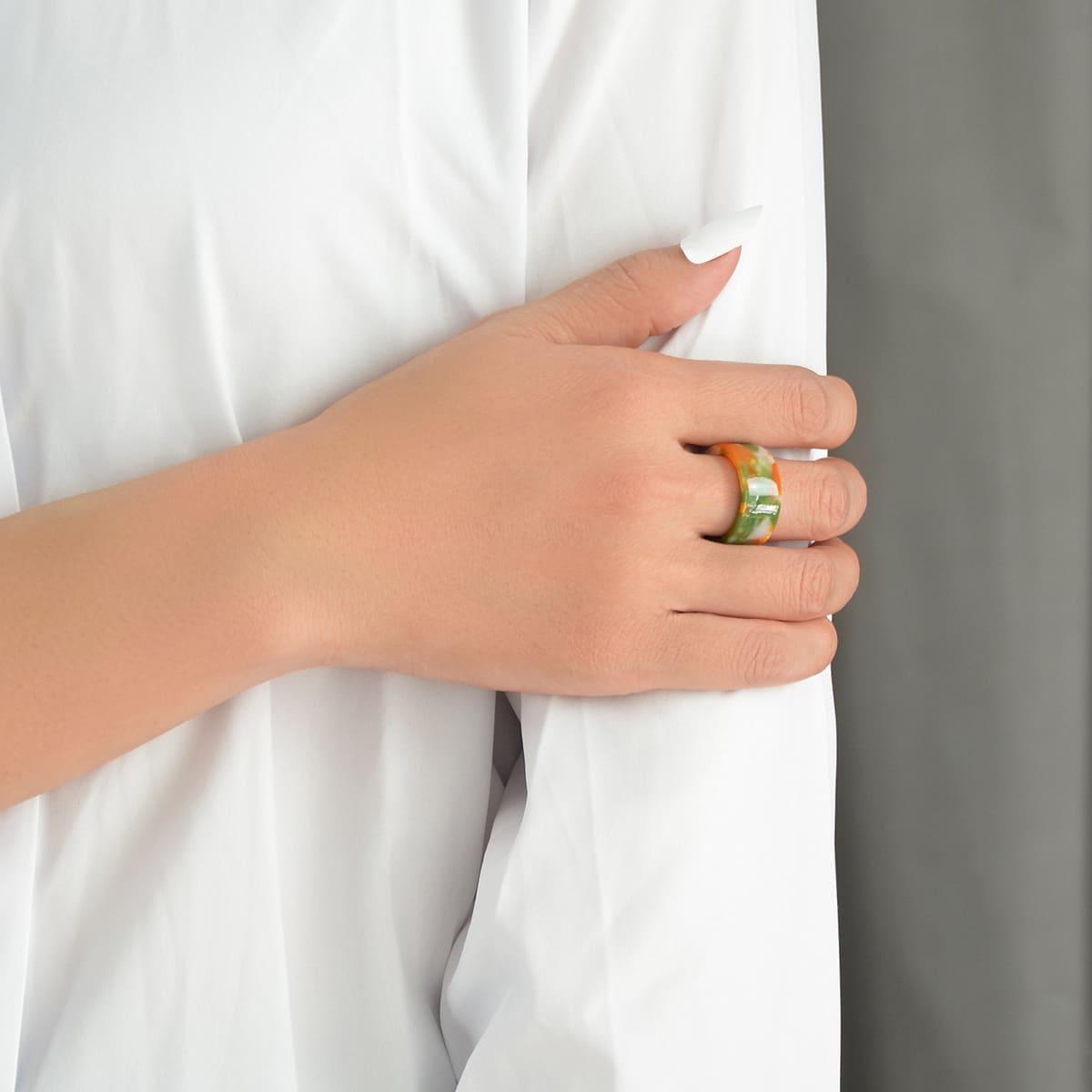 Контрастное кольцо из смолы по цене 140