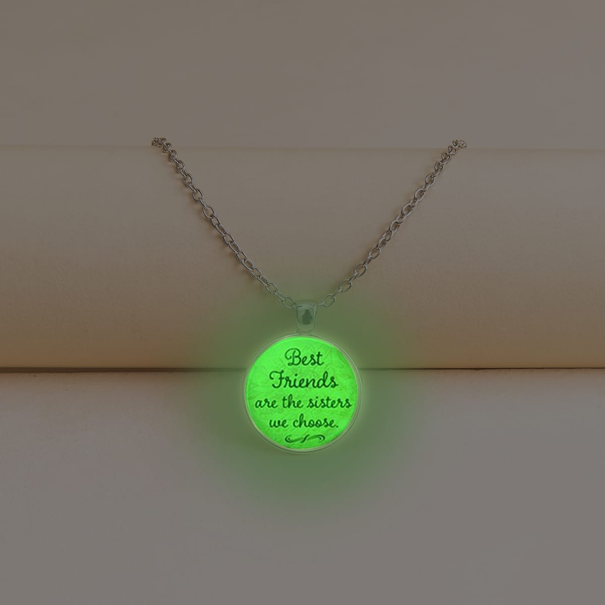 Leuchtende Halskette mit rundem Dekor