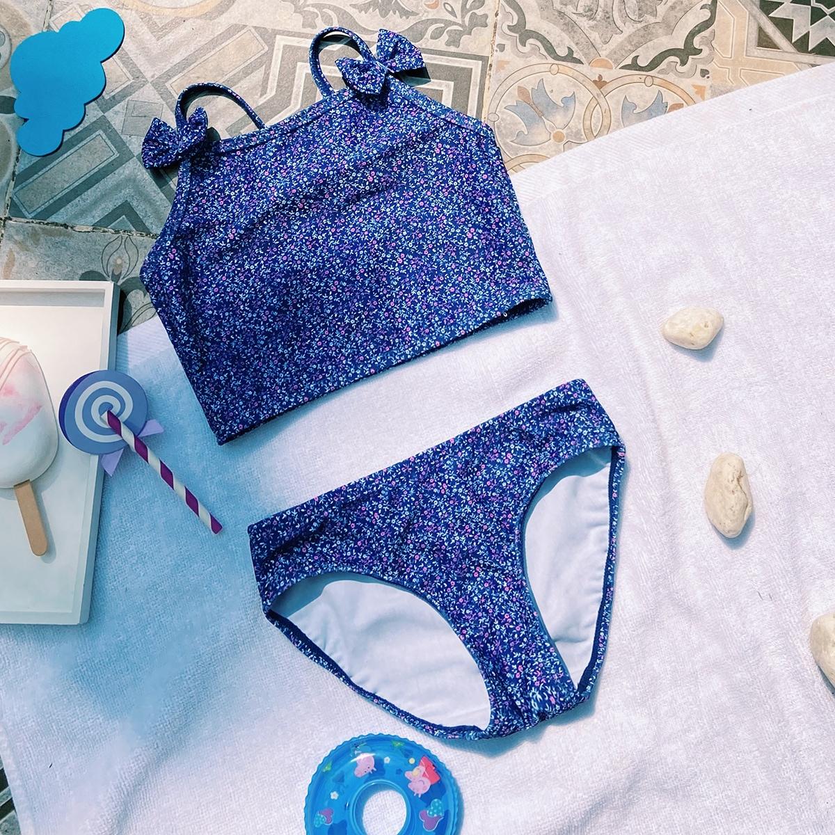 Bikini mit Blümchen Muster und Schleife vorne