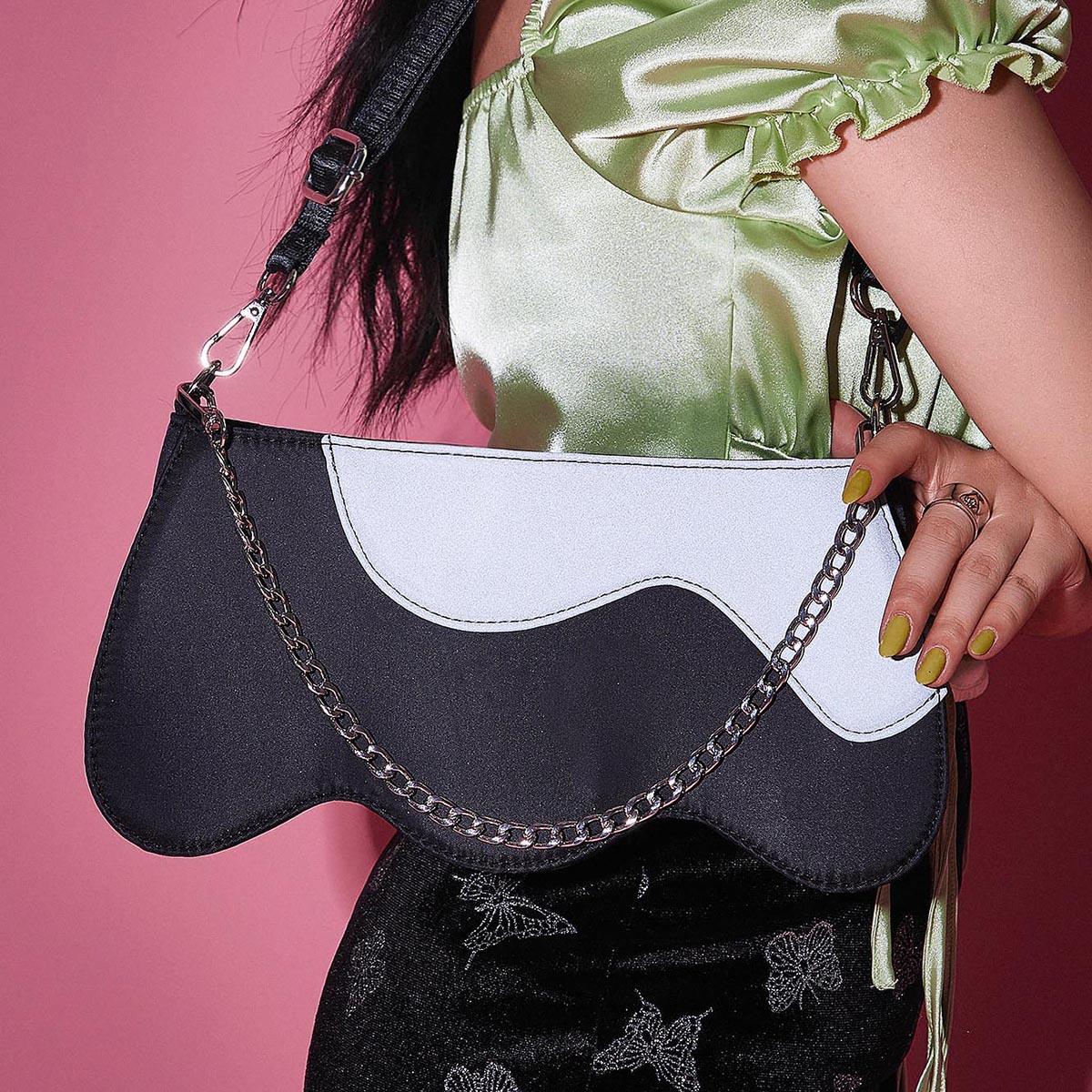 Контрастная сумка через плечо с цепочкой