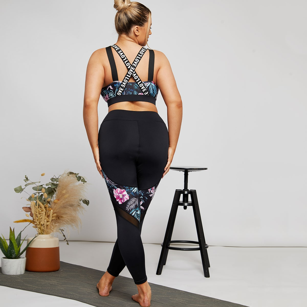 Plus Contrast Letter Tape Floral Sports Bra With Leggings