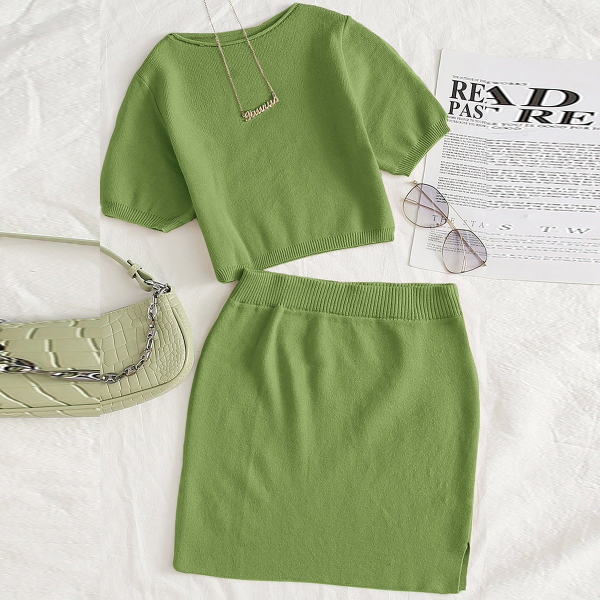 Conjunto suéter corto delgado unicolor con falda tejida bajo con abertura