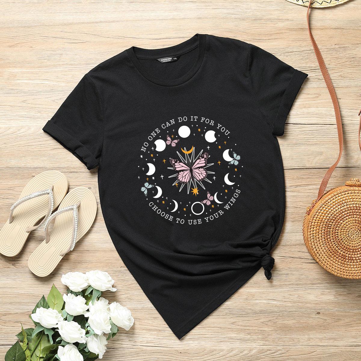 Camiseta con estampado de mariposa y slogan