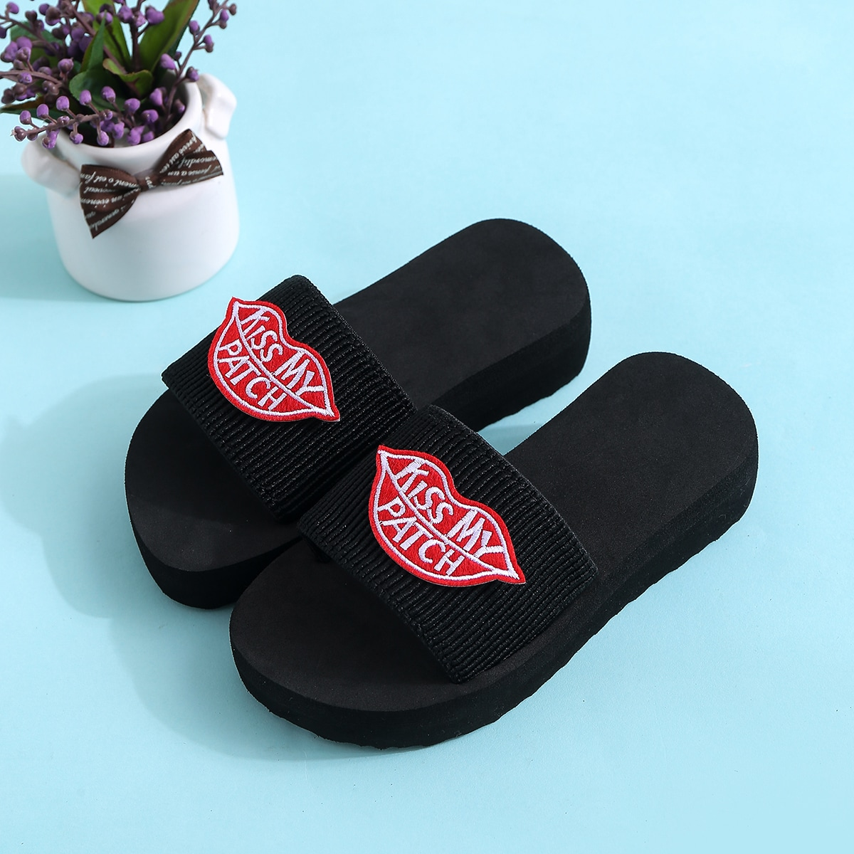 SHEIN / Toddler Girls Lip Patch Slippers