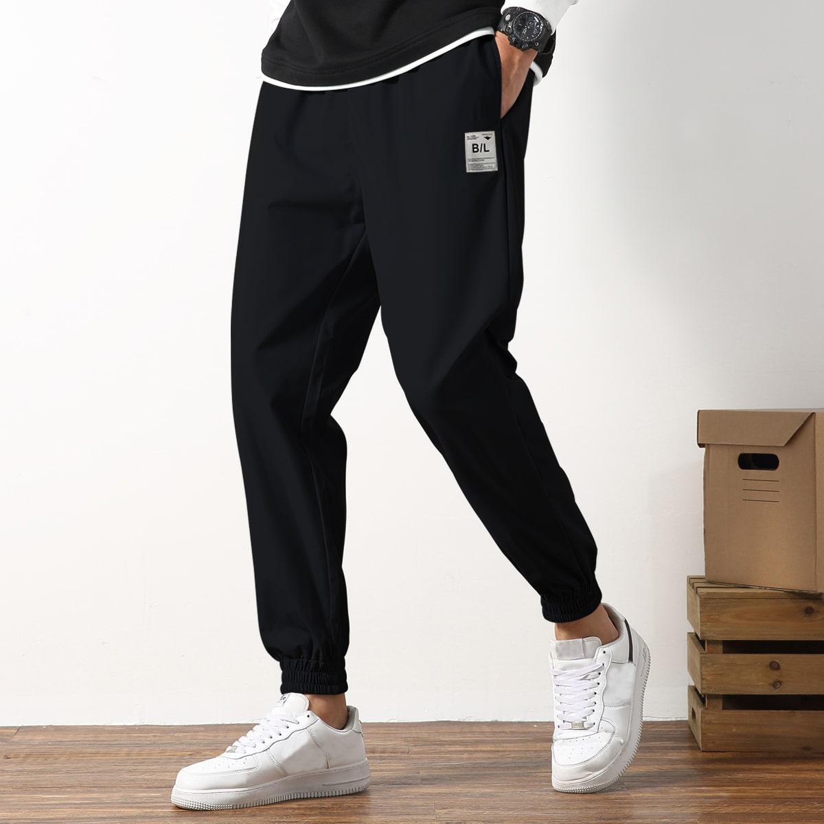 Pantalones con bolsillo lateral con parche de letra