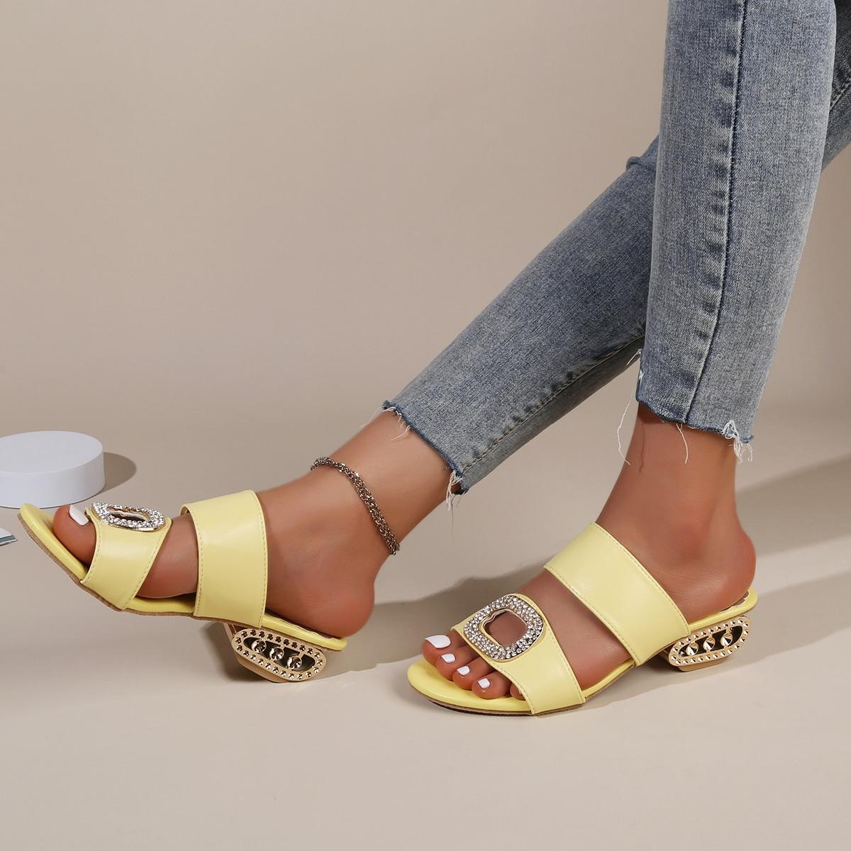 Сандалии на каблуке со стразами