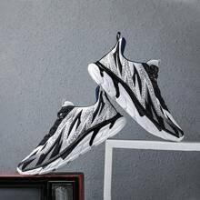 Guys Fire Graphic Minimizes Bounce Running Shoes