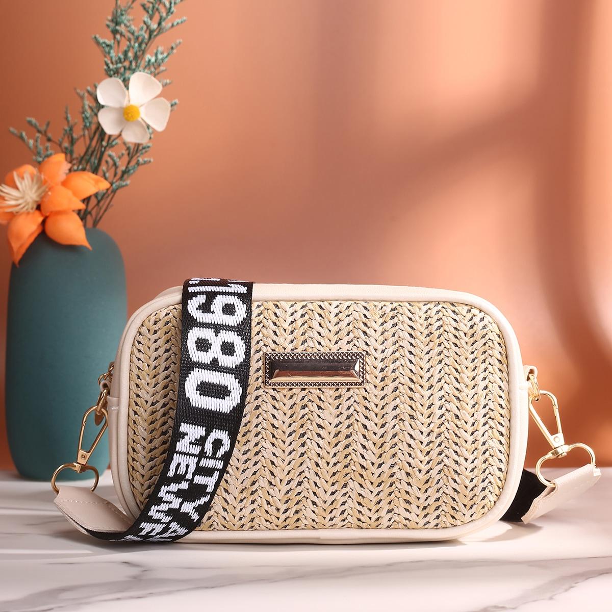 Соломенная сумка с металлическим декором