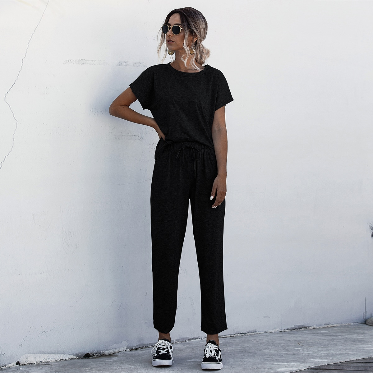 Camiseta de manga murciélago con pantalones de cintura con cordón