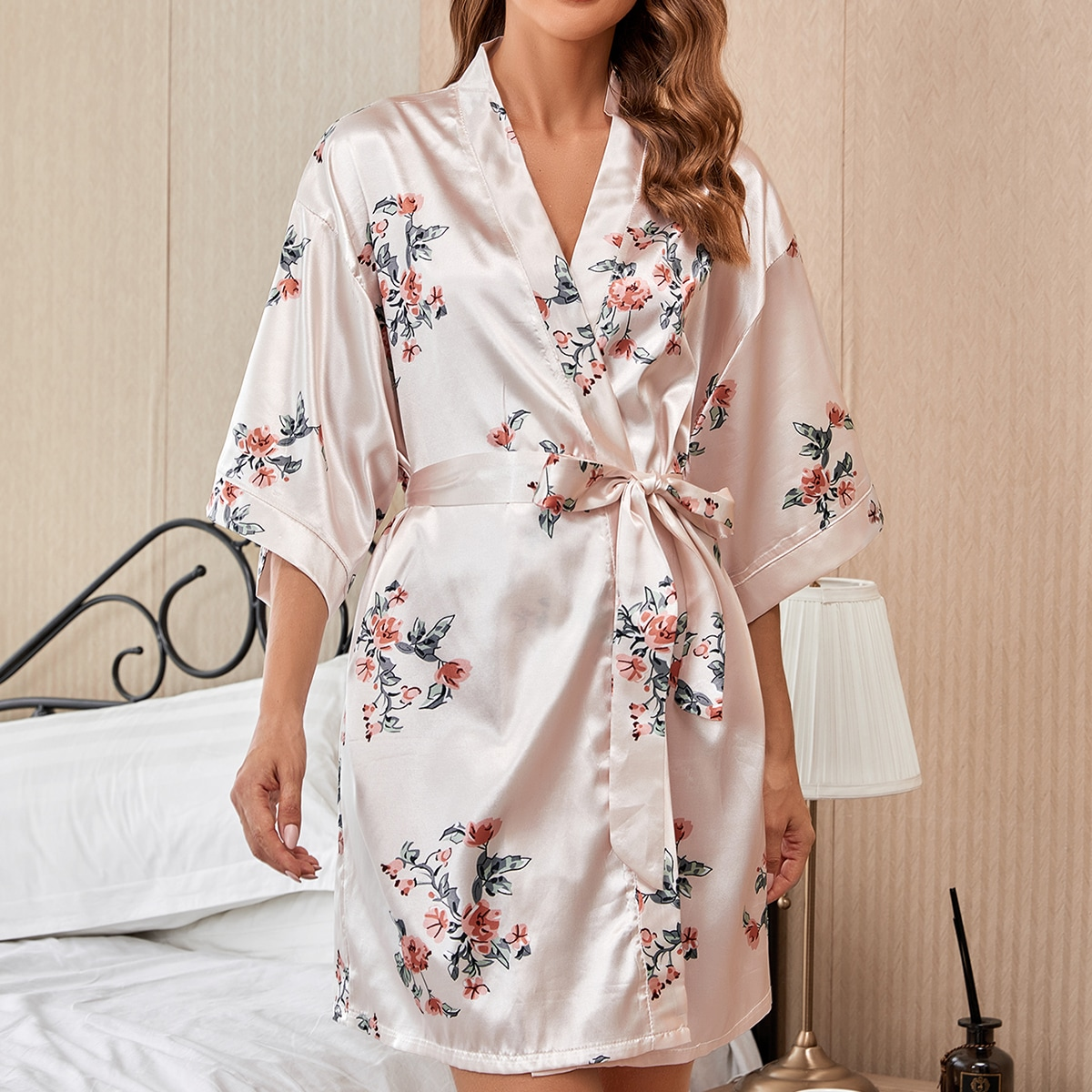 Атласный ночной халат с поясом и цветочным принтом