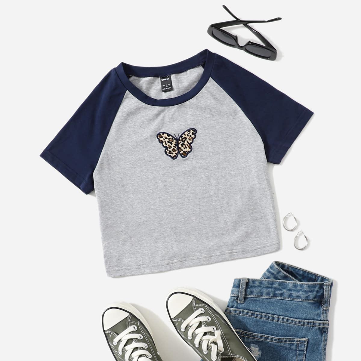 Top con bordado de mariposa de leopar do de manga raglán