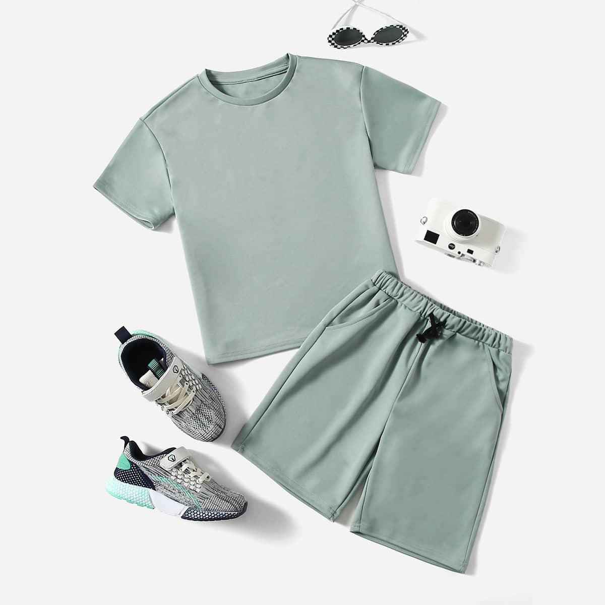 Однотонная футболка и спортивные шорты для мальчиков