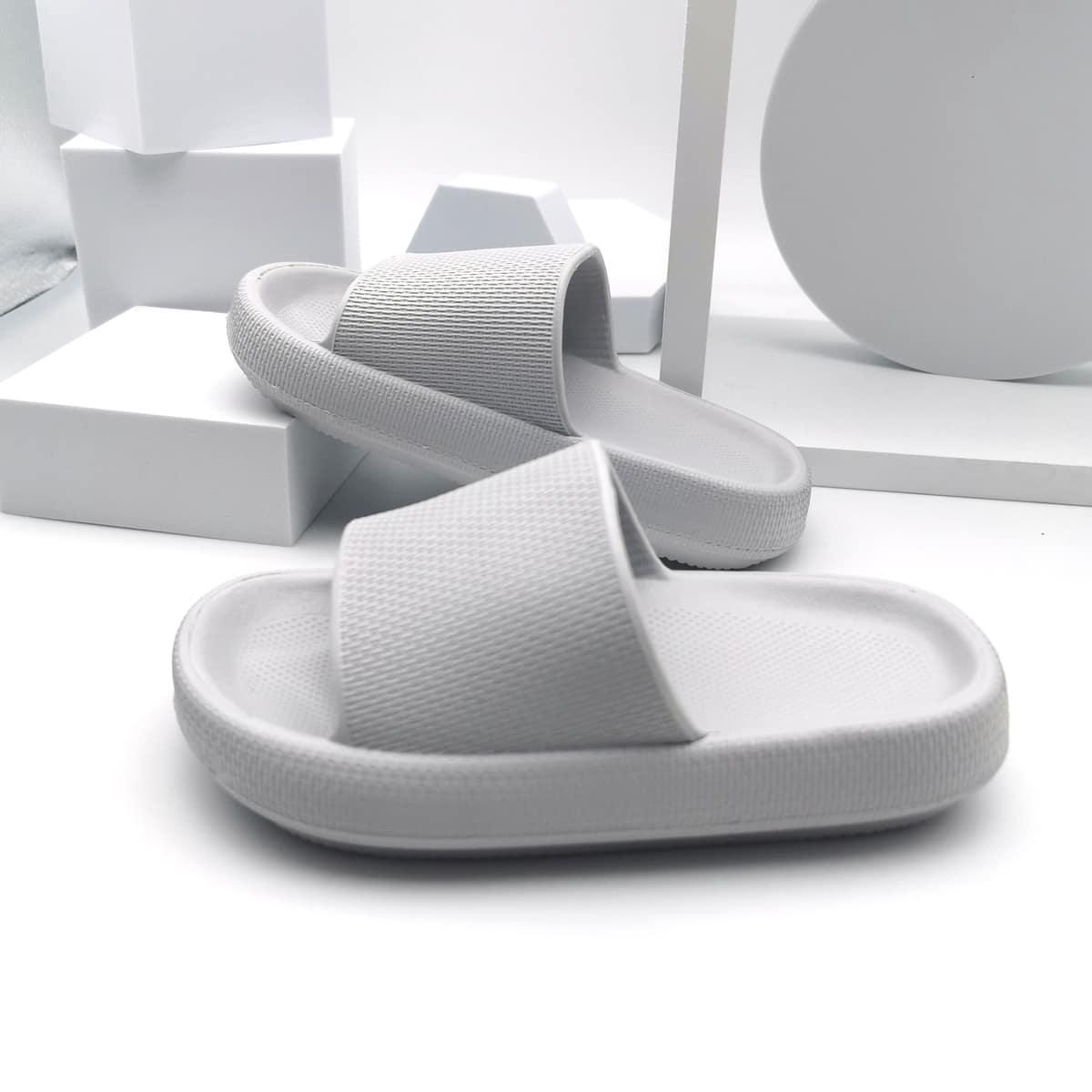 Минималистичные шлепанцы для мальчиков от SHEIN