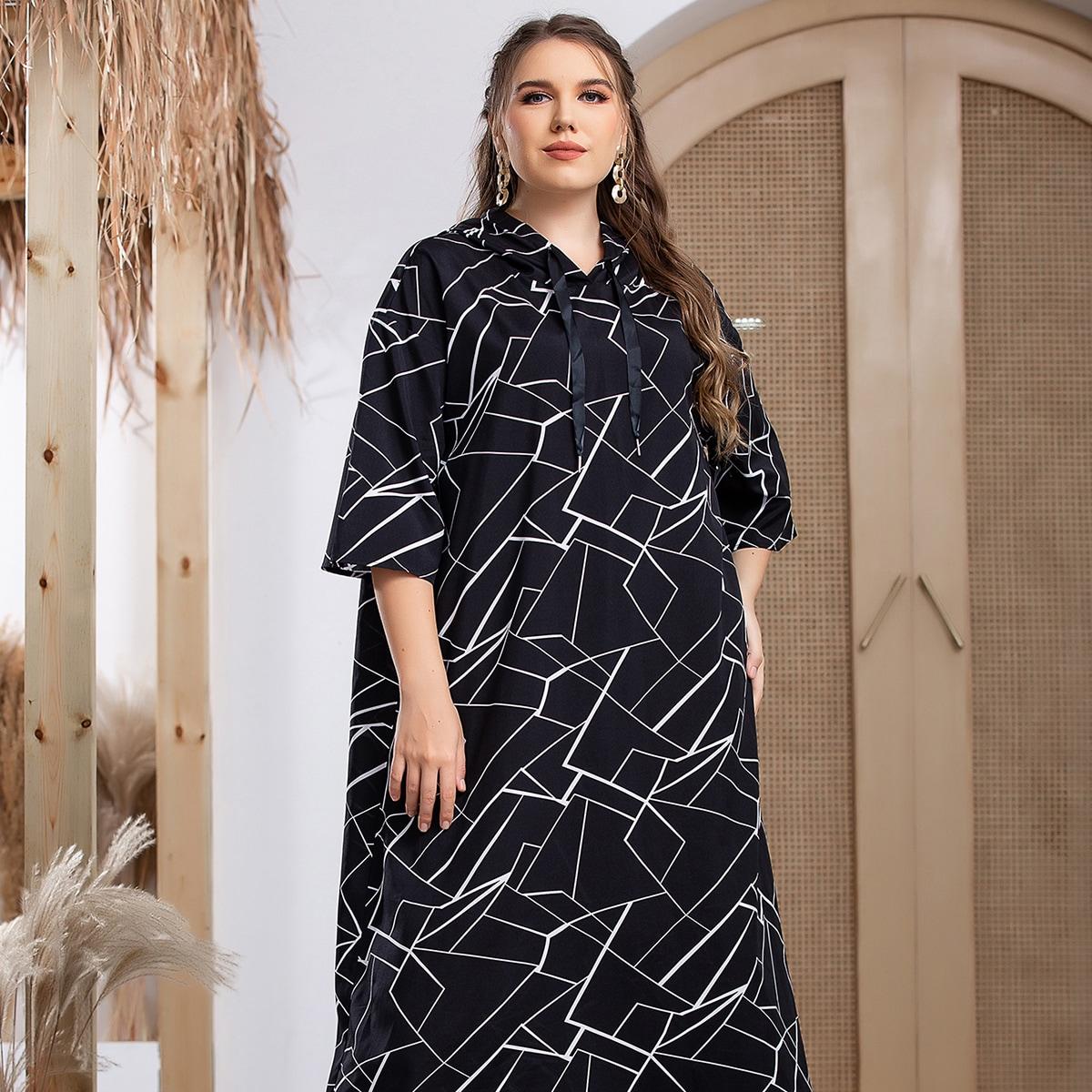 Платье с капюшоном и геометрическим принтом на кулиске размера плюс
