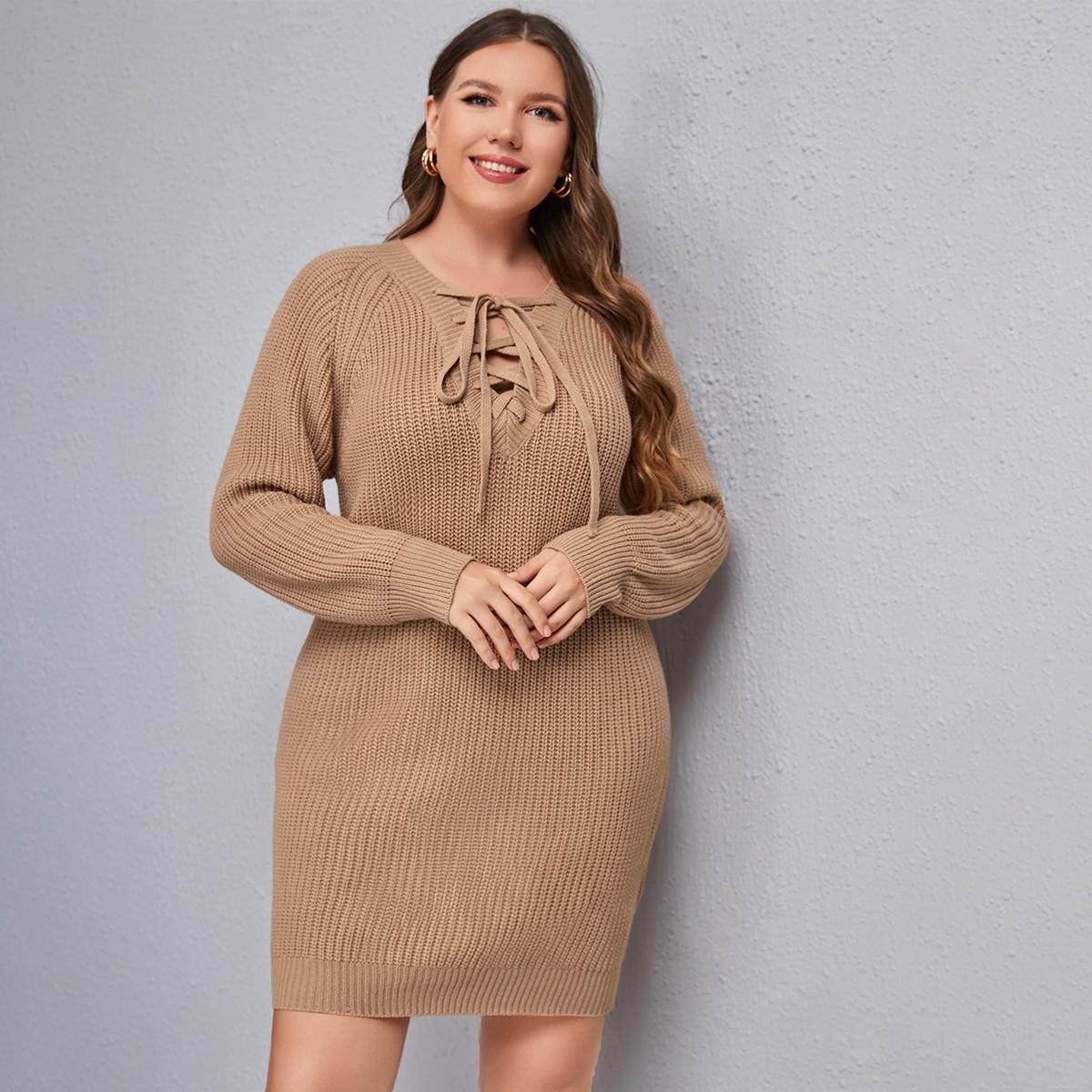 Однотонное платье-свитер на шнуровке размера плюс