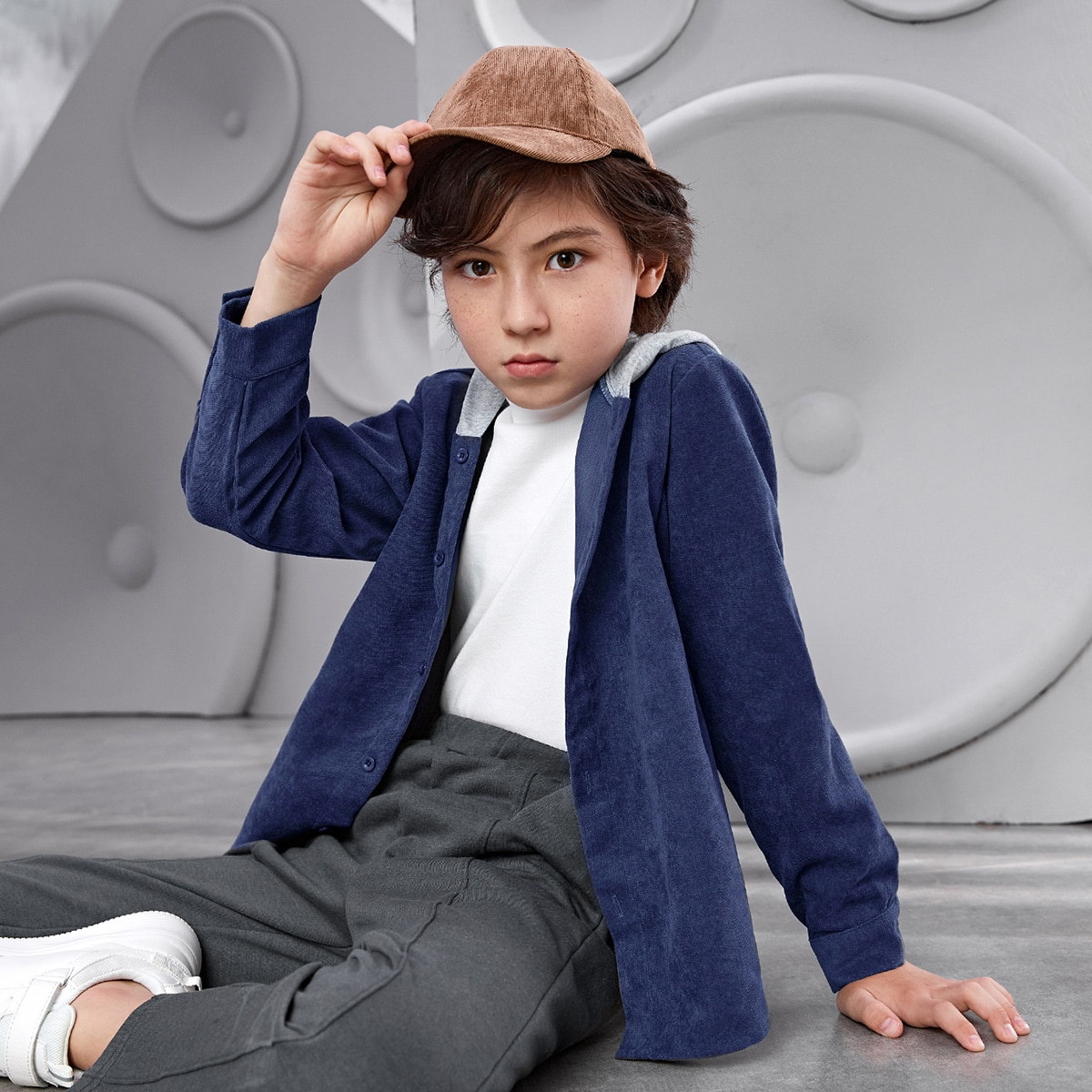 Контрастная рубашка с капюшоном для мальчиков