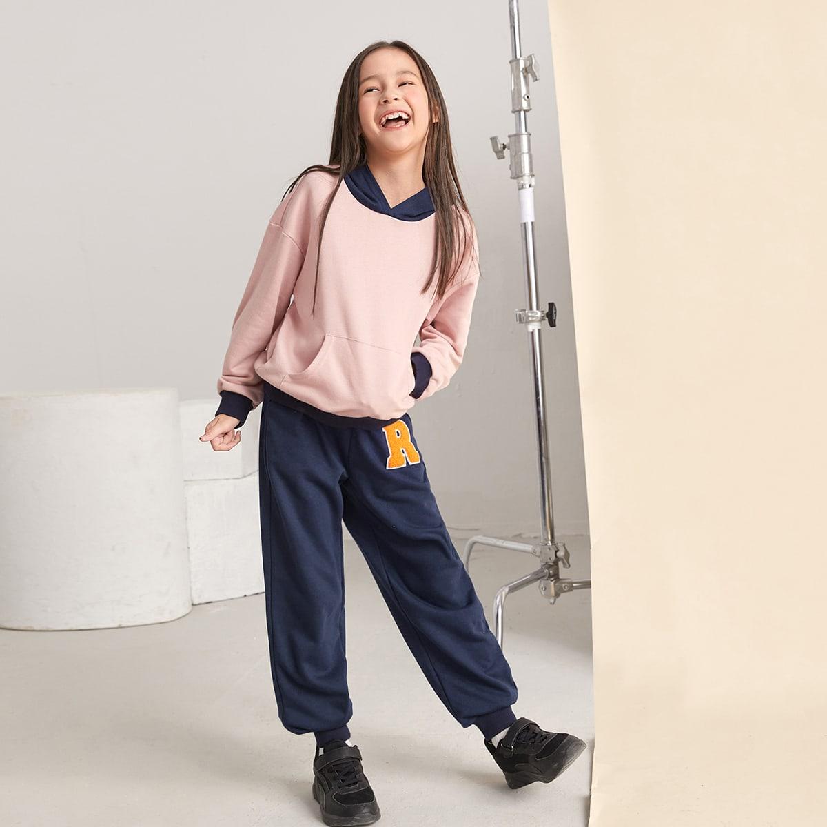 Контрастное худи с карманом и спортивные брюки с текстовой заплатой для девочек