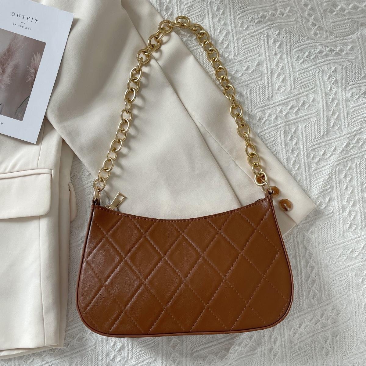 Стеганая сумка-багет с цепочкой